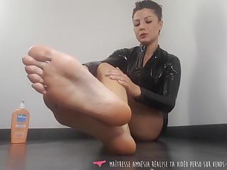 Vends-ta-culotte - French Brunette Domina in Latex For Slave